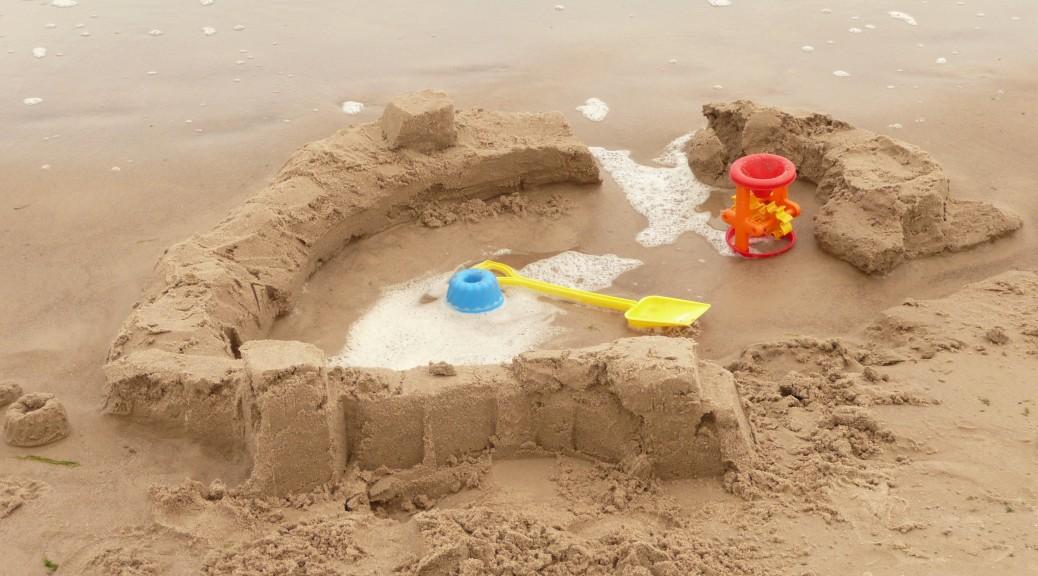 Sandburg im Urlaub am Meer